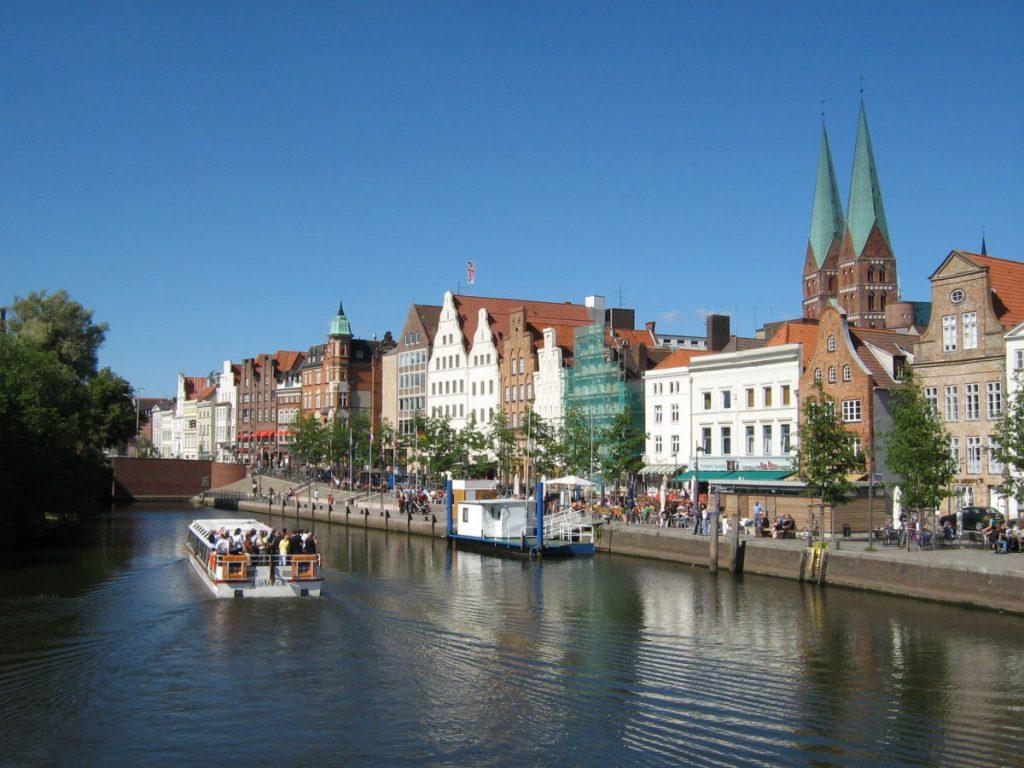 Blick über die Trave auf Lübecks Altstadt